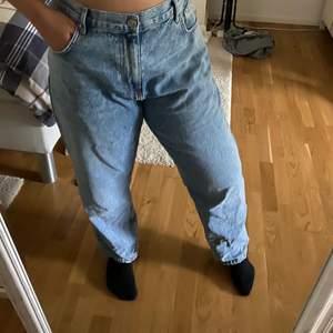 Ett par fina nyköpta Highways mom jeans. Har bara använts 3 gånger totalt. Pris 250kr ink frakt. storlek L