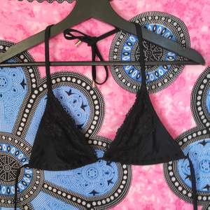 säljer denna svarta elsa & rose bikini toppen 💕 superfin och perfekt nu till sommaren, storlek S. använd men bra skick🙌