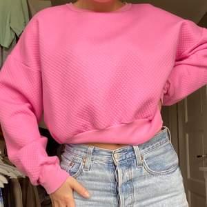 Rosa sweatshirt från bikbok! Aldrig använd enbart provad! Skönt material med små detaljer i tyger (se bild). Storlek L, jag är oftast en S i toppar🌸 köpare står för frakt ! Kommer från ett djur och rökfritt hem!!