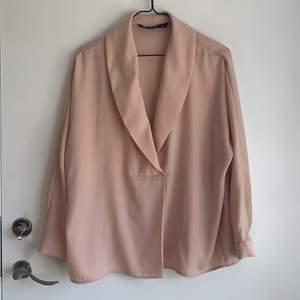 Blus från Zara i en Nuderosa färg. Aldrig använd! Frakten ingår i priset!