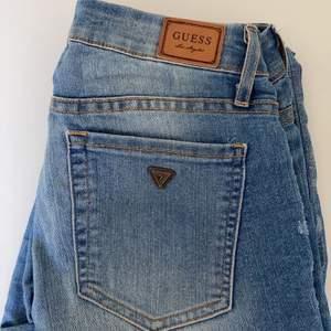 Lågmidjade, raka, blå Guess jeans, köpta i New york för 1200kr, inga slitningar eller fläckar. Skulle säga att jeansen passar M och S. OBS! Fraktkostnad tillkommer.