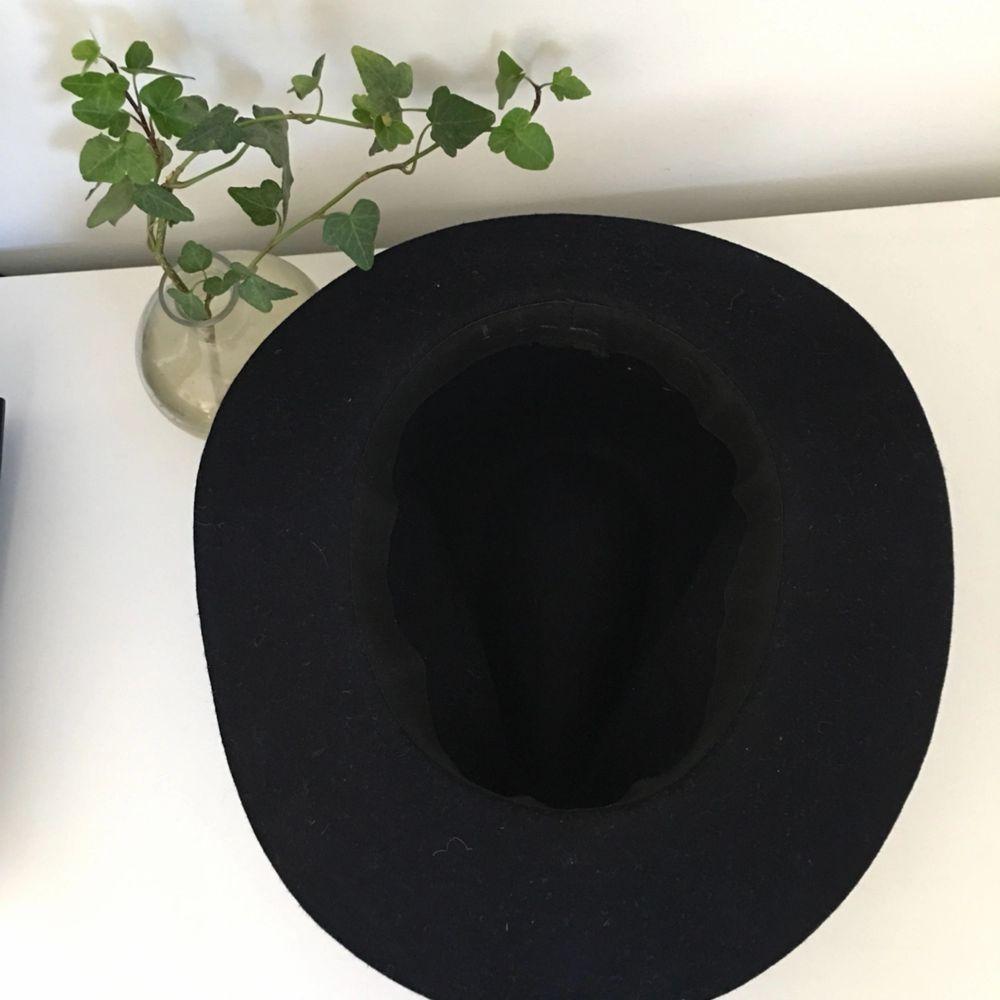 Mörkblå Stilren hatt använd 5ggr i storlek M.  Frakt 35kr eller hämtas i Stockholm, slussen . Accessoarer.