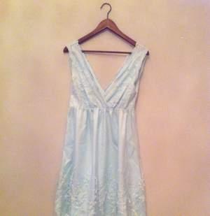 Sockersöt klänning från VILA. Perfekt till student eller som brudtärna. Färg är isblå.