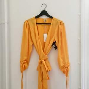 Helt oanvänd topp från NLY Trend. Supersnygg men gult är inte min färg.