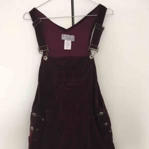 Hängselklänning i vinröd sammet. Köpt vintage, supefin i gott skick. Kan mötas upp i Stockholm.