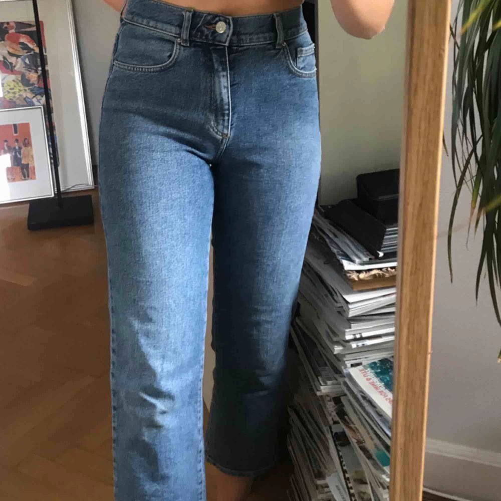 Snygga tajta jeans i den perfekta blåa tonen från WERA :) knappt använda så i perfekt skick 💙  frakt tillkommer, skriv om du har några frågor . Jeans & Byxor.