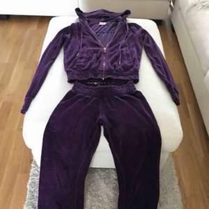 Juciy couture dress. Någon liten fläck men syns ej. Normal i storleken! :)