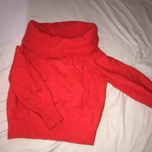 Röd off-shoulder tjocktröja. Knappt använd så den är som ny.