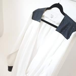 Jätte härlig vit blus med svarta detaljer i fejk läder.   Kan mötas upp i Huddinge, Älvsjö, Årsta, Globen & Västberga