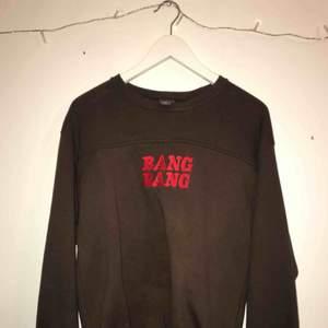 Snygg brun sweatshirt med röd text köpt på beyond retro andvänd ett fåtal gånger.