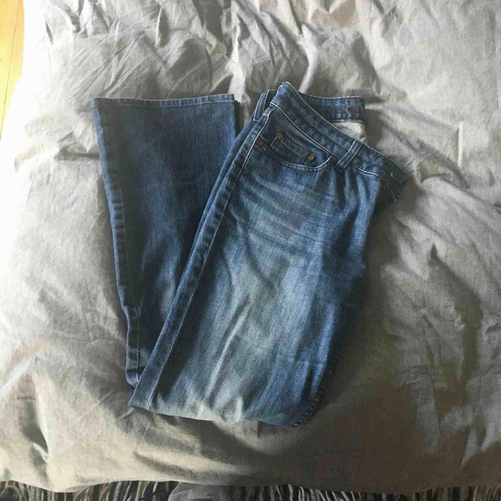 Snygga och knappt använda utsvängda jeans från Boomerang. De har midwaist. Passar dig som har storlek S. Bra passform på rumpan men jag gillar inte jeans som inte går över naveln så därför säljer jag dem. Fraktkostnad tillkommer 😊. Jeans & Byxor.