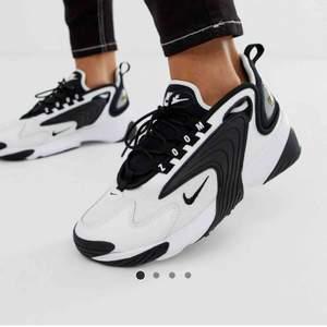Nike zoom svart/vita, sjukt coola!  Storlek 38. Nästan som helt nya, använda 3 gånger men tycker inte det är min stil. Fraktar