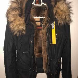 Säljer min Para jumper jacka i storlek S. Använd 2 vintrar