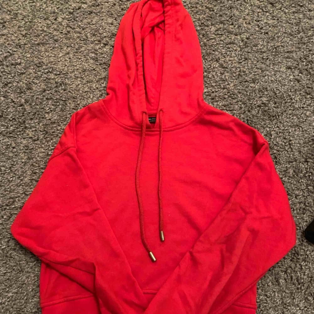 Röd hoodie från behrska i fint skick, lite koftare modell. Huvtröjor & Träningströjor.