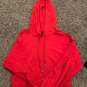 Röd hoodie från behrska i fint skick, lite koftare modell