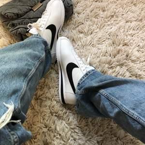 Supersnygga och helt oanvända Nike Cortez sneakers i nyskick! Köpte dessa i vintras, men då det inte är rätt storlek har dom inte kommit till användning alls. Nu säljer jag dom, hör av er privat om ni är intresserade! Kan mötas upp i Sthlm, annars står ni för 66 kr frakt. Nypris var 899 kr, buda på :)