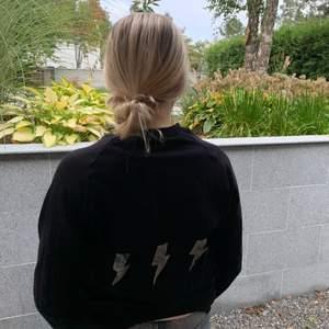 Superfin svart tröja med blixtrar på baksidan! Köparen står för frakt!💖