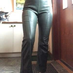 Fake läder byxor från ginatricot. Det är en fin mörkgrön färg och bra kvalite. Säljer för 150kr men kan tänka mig att gå ner i pris. Storlek xs men passar mig som har S på byxor