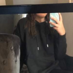 Säljer denna hoodie för att jag aldrig använder den! Frakten ingår i priset❤️ skulle säga att den är mer som en S/M