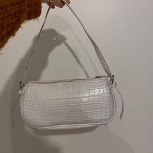 Populär väska ifrån nelly. Den ser just nu ut att vara slutsåld. Köparen står för frakt eller möts upp i Göteborg! En del av missfärgningarna kanske går att tvätta bort, har inte testat men alla väskor i den modellen ifrån nelly ser ut så efter ett par användningar.