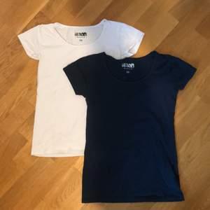 2 basic tshirts i vitt och blått, man får båda för 80kr eller 1 för 50kr🥰
