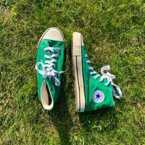Klassiska gröna converse i begagnat men fint skick! Säljes eftersom de tyvärr inte är min storlek. Buda i kommentarerna från 120 kr och öka med minst 5 kr! Om ingen överstigit ditt bud inom 24 h vinner du. Frakt tillkommer på 60 kr💚💚💚