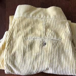 Nästan oanvända byxor från zara i pastellgult! Älskar dessa med de är för stora för mig.
