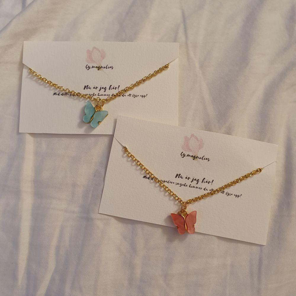 Trandiga handgjorda fjärilshalsband!. Finns i färgerna blå och rosa. Endast ett begränsat antal!. 49 kr/st+11 kr frakt. Följ min instagram by.magnolias!🌟. Accessoarer.