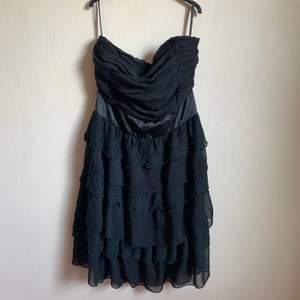 Snygg svart klänning till festligheter från märket Stockholm LM.
