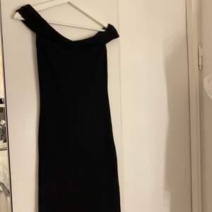 Tajt klänning med off the shoulder ärmar. Från zara och använd fåtal gånger.