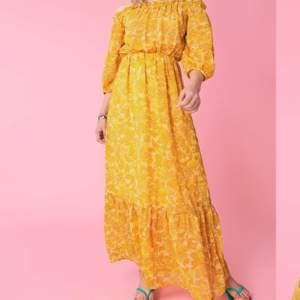 Maxiklänning från Gina Tricot. Endast använd en gång så i nyskick.