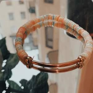 💞LOVE IN PASTEL💞ett super gulligt och aestehtic handgjort armband! Det är gjort på färgade stenar✨🌸passar nästan alla storlekar då den är elastisk!!💘hör av er högsta priset nu är 38kr + 11kr i frakt🤍