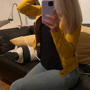 Den mest perfekta gula färgen på en skinnjacka man kan önska sig! Nästintill aldrig använd..  Säljer för att den är lite liten på mig💛 400kr + frakt.