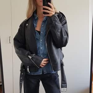 Spana gärna in mer kläder på min profil!!❤👏                                Jeans och skinn combon för hösten!!😍 Superskön, mjuk jeanskjorta från Gina. Färg mest lik bild 3. Frakt tillkommer💝