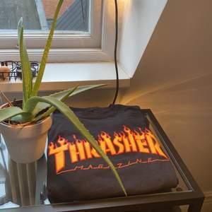 Thrasher tröja, säljer då den inte längre passar min stil. Använd ungefär en eller maximalt två gånger. Storlek small men kan passar från L-S beroende på vilken passform man vill ha. Nypris 500 kr
