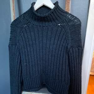 Säljer denna super mysiga stickade tröga från H&M. Har inte använt den så mycket så den är som ny. Mråkblå färg med lite högre krage.Passar perfekt till hösten och vintern. Frakt: runt 70kr🥰