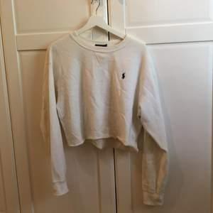 Säljer en cropped sweatshirt från Ralph Lauren eftersom jag inte använder den. Endast använd ett fåtal gånger. Storleken är M men är såpass liten i storleken att den absolut passar XS och S. Köparen står för frakten. Nypris 600kr