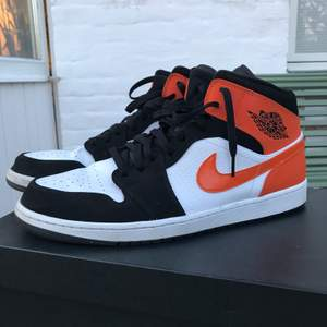 Air Jordan 1 Mids, super bra kvalitè och skick. Super snygga. Streetwear. Inte använd mycket knske 5 ggr