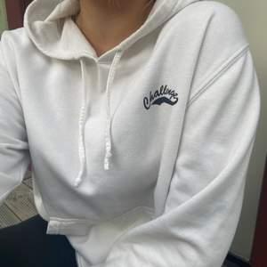 Superfin hoodie, passformen är slapp och lite oversized (passar XS-L) funkar perfekt både som hemma hoodie och att matcha till andra tillfällen. I vänstra hörnet har den en collage inspirerad text som gör hoodien unik. Köparen står för frakt💕