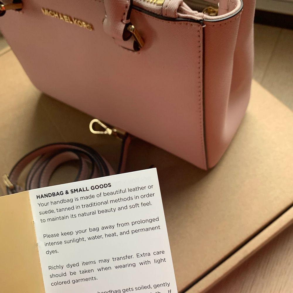 Äkta Rosa Michael kors väska. Endast använd två gånger. Perfekt storlek. Säljer på grund av att jag inte använder den. Långt band ingår. Köparen betalar frakten.. Accessoarer.