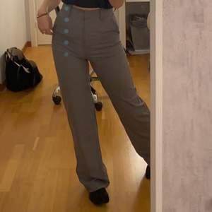 Säljer dessa jättesnygga kostymbyxor från Nelly (slutsålda på hem sidan) Sitter jättebra på, säljs pga att jag har för mycket byxor, nypris 499kr