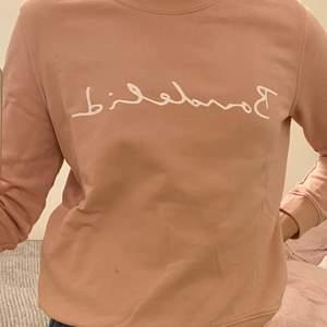 Mycket fin Bondelid tröja köpt från MQ. Knappt änvånd så tröjan är i mycket bra skick! Denna tröja är i storlek M men skulle säga att den är i storlek S. Säljer denna tröja för 100kr:)