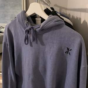 Jättesnygg croppad hoodie! Den är köpt croppad och är i fint skick! Spårbar frakt på 63kr tillkommer