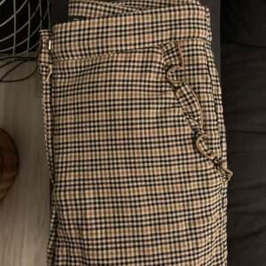 kostymbyxor med volang vid vid fickorna från Zara. Pris kan diskuteras, köparen står för frakten 💞