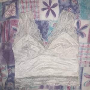 En jättefin vit spetstopp som tyvärr samlar damm i min garderob. Det är storlek M på den men jag skulle säga att den även skulle kunna sitta fint på en i storlek S!