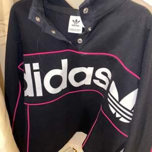 skit cool tröja från adidas. lite högre nacke och knappar. använd 2 gånger. nypris ligger på 600kr. cropad .