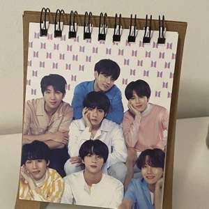 Hej! Säljer denna bts kalendern eftersom att den inte kommer till användning. Brukar använda den för att ha bilderna på alla medlemmar! Köpt för ungefär 100kr. Ansvarar inte för postens slarv! 💗