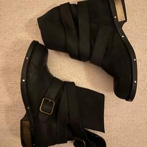 Fina boots från Jeffrey Campbell stk 40 i mjukt svart skin. Sparsamt använda med guld detaljer. Köparen står för frakten.