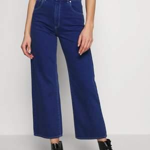 Säljer ett par jättefina jeans köpta från zalando 💕 Väl använda men fortfarande som i nyskick💕 Har väldigt snygg passform och älskar hur dom sitter på mig💕 säljer för att dom börjar bli lite för korta💕 frakt ingår :) nypris: 1000kr