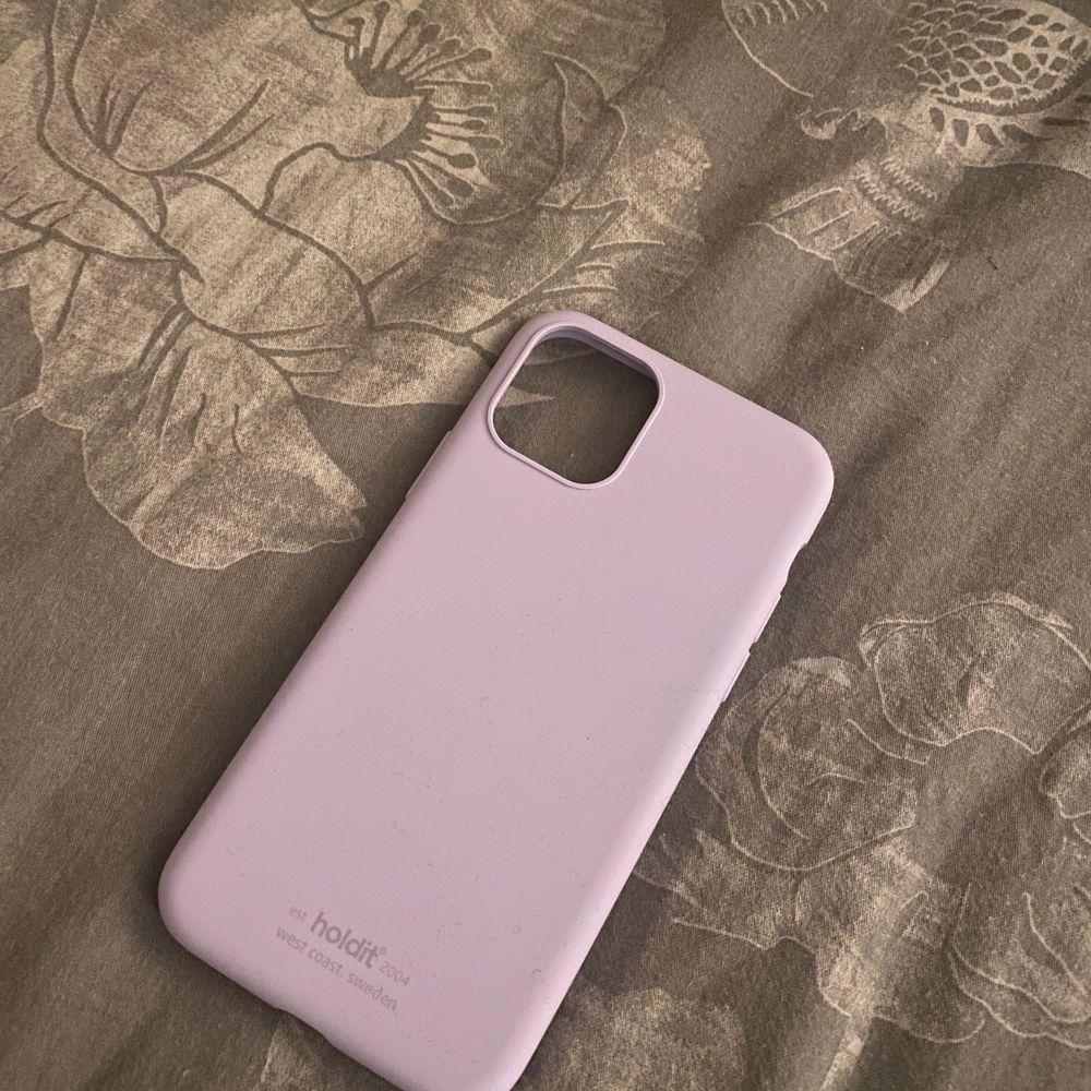 Lila skal i pastellfärg från holdit. iPhone 11 PRO. Aldrig använt pga köpte för fel telefon.. Accessoarer.
